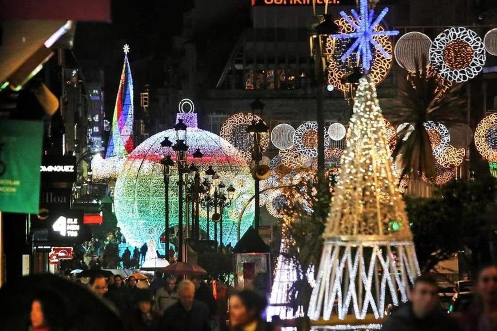 Alumbrado de Navidad en Vigo con la bola gigante y el árbol al fondo