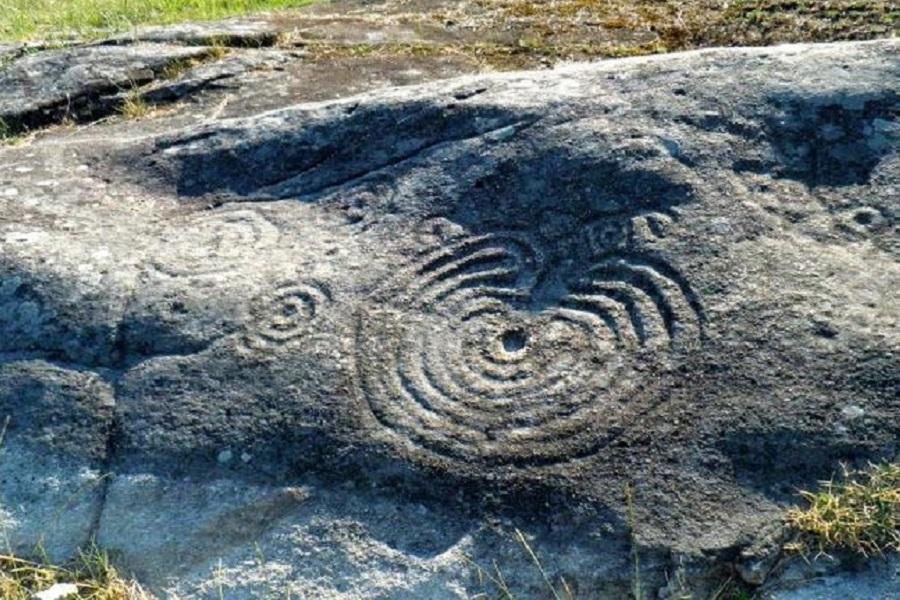 Petroglifo Laberinto de Mogor en Marín