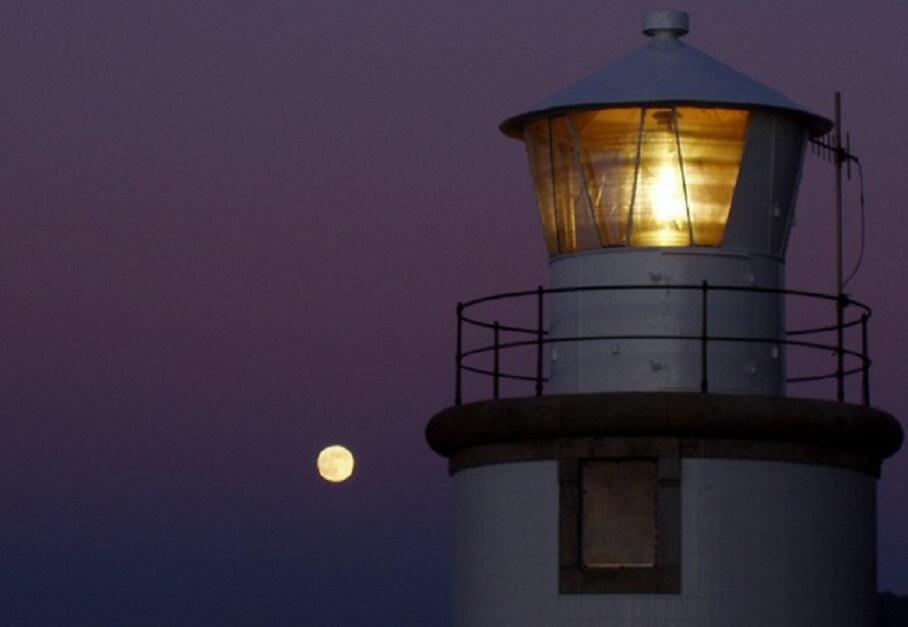 Faro y luna llena