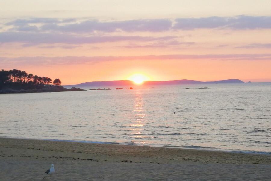 Puesta de sol sobre Isla de Ons en Playa de Tuia, Marín, Pontevedra