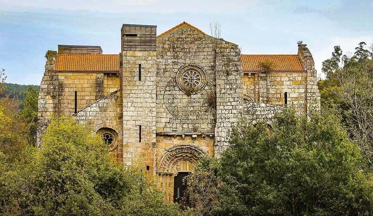 Fachada del monasterio de Carboeiro